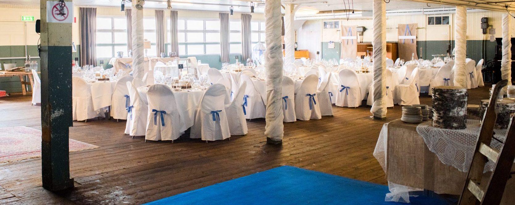 Festlokal med bröllopsdukning